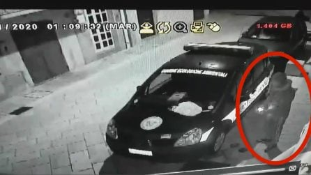 Foggia, un uomo incappucciato dà fuoco all'auto delle guardie ambientali