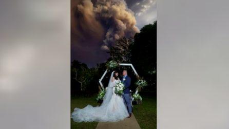 Si sposano mentre erutta il vulcano: immagini impressionanti