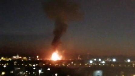Esplosione in uno stabilimento petrolchimico: nube tossica, persone barricate in casa