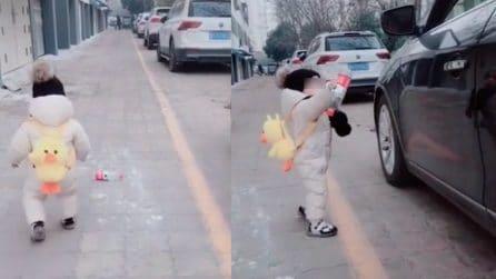 Automobilista incivile getta bottiglia dal finestrino, bimbo di 1 anno gliela restituisce