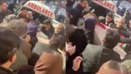Aereo ucraino precipitato, funerali delle vittime: i parenti rimuovono la bandiera dalla bara