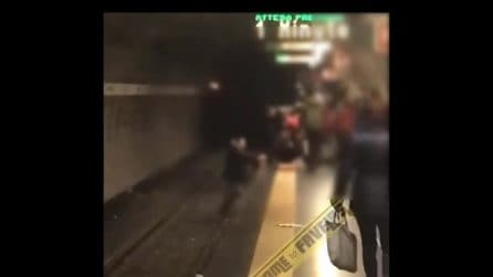 Metro Roma, passeggeri eroi scendono sui binari e salvano una ragazza dal suicidio