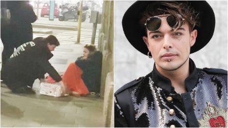 Il cantante porta doni ai senzatetto nella notte di Natale: il grande cuore di Stash