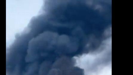 Incendio a Villanova di Cepagatti (Pescara) in una fabbrica, fiamme e fumo visibili a distanza