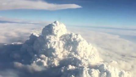 从飞机上看到的澳大利亚毁灭性大火似乎是火山喷发