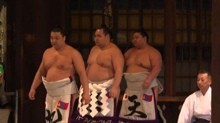 Gli auguri di peso dei lottatori di sumo per il 2020