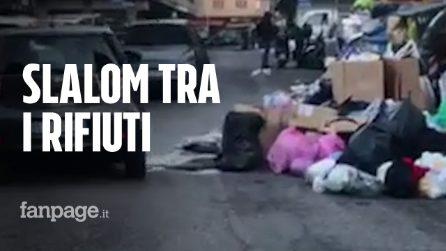 Roma, le macchine fanno lo slalom per evitare l'immondizia che invade la carreggiata