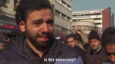 """Lo studente iraniano in lacrime: """"Noi non odiamo gli americani. Odiamo il loro presidente"""""""