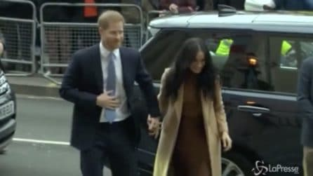 Vacanze finite per Harry e Meghan, mano per mano all'ambasciata canadese a Londra