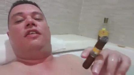 Il video del candidato della Lega in Calabria nella vasca mentre fuma il sigaro e beve rum