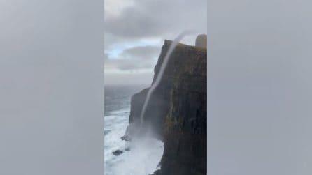 Tornado risale sulla scogliera: un raro e spettacolare fenomeno