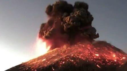 Il momento dell'esplosione, l'eruzione di uno dei vulcani più pericolosi al mondo