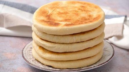 Pane soffice in padella: il metodo geniale per cuocerlo senza forno e in pochi minuti!