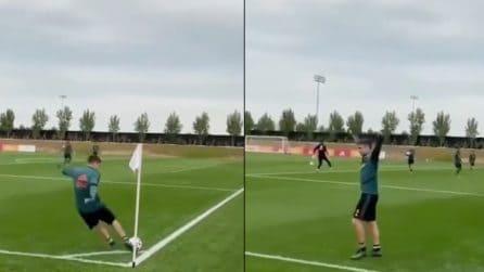 """Lo spettacolare gol della stella dell'Ajax: corner calciato con le """"tre dita"""" e la palla finisce in rete"""
