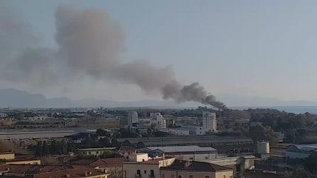 Pontecagnano, incendio in uno stabilimento balneare: nube nera sulla città
