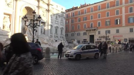 Via le bancarelle dalla Fontana di Trevi, la Raggi: 'Restituiamo le piazze ai cittadini'
