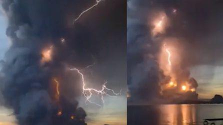 Il fulmine spacca il cielo dopo l'eruzione nelle Filippine