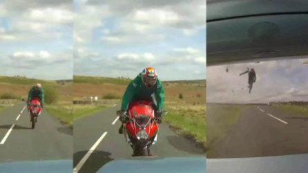 Incidente frontale a 120 km/h: motociclista sbalzato in aria ma salvato dalla speciale tuta
