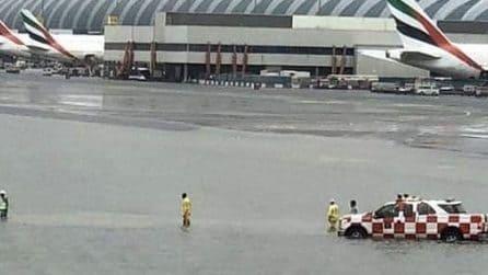 Pioggia violenta e improvvisa a Dubai: l'aeroporto si allaga totalmente