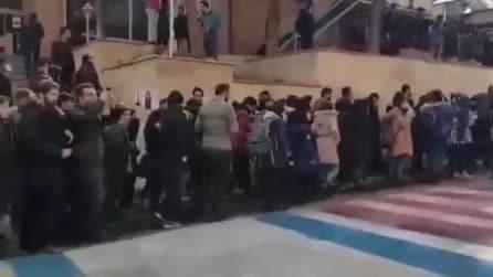 In Iran studenti si rifiutano di calpestare le bandiere di Usa e Israele durante le proteste