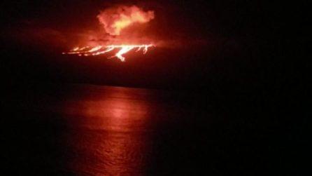 Erutta il vulcano nelle Galapagos, la lava scende verso l'oceano