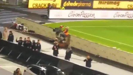 """Il Napoli batte la Juventus: calciatori sotto la curva, i tifosi cantano """"Un giorno all'improvviso"""""""