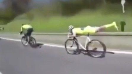 Pericolosissima ma efficace: con questa posizione il ciclista brucia tutti
