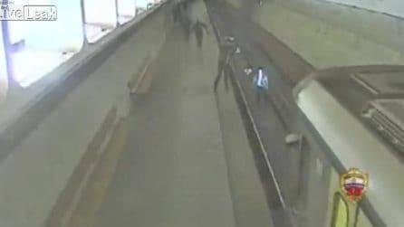 Scende sui binari per fare una foto mentre passa il treno: la scena pazzesca in metropolitana