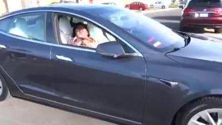 La lasciano da sola in auto, ma la Tesla si muove senza conducente: lo scherzo virale