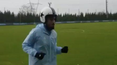 Rafinha scende in campo per l'allenamento e indossa un casco
