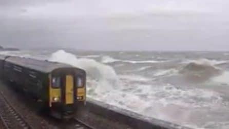 Le onde alte colpiscono il treno e sfondano i finestrini