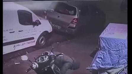 Fuorigrotta, rubato furgone del panificio, il furto ripreso dalle telecamere