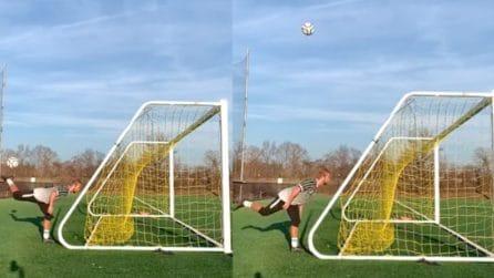 La giocata impossibile: colpo di tacco da dietro la porta e pallone in rete