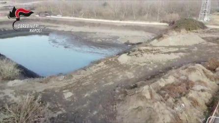 Un bacino idrico per la raccolta dell'acqua piovana trasformato in una fogna a cielo aperto