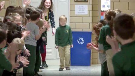 A 6 anni vince la battaglia contro il cancro e torna a scuola: l'emozionante sorpresa dei compagni