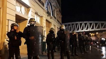 Macron assediato fuori dal teatro, poi fugge scortato da polizia