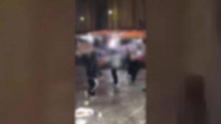 """Napoli, incidenti tra polizia e ragazzini nella notte dei """"cippi"""" di Sant'Antonio"""