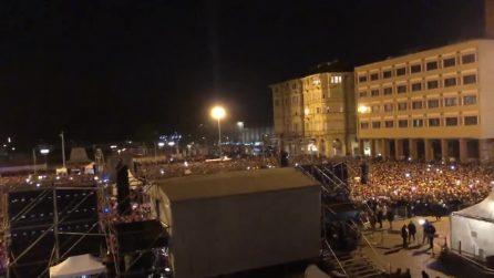 Bologna, piazza strapiena per le sardine che cantano Bella Ciao