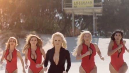 Pamela Anderson di nuovo in spiaggia: ritorna l'iconica corsa di Baywatch