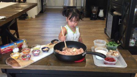 A 4 anni è la chef più piccola del mondo: le dolci ricette dell'adorabile Cambria