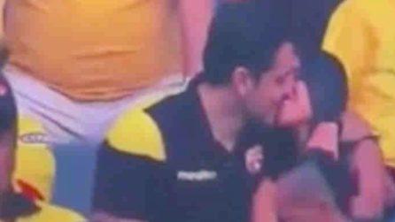Bacio allo stadio: ma quando la telecamera li inquadra tutto cambia