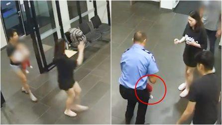 Coppia entra nella stazione di polizia con la figlia che non respira: un agente evita la tragedia