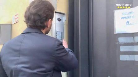 """Milano, dopo le accuse di Salvini consigliere M5s citofona a sede Lega: """"Dove sono i 49 milioni?"""""""