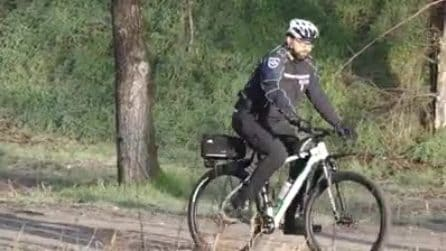 Milano, vigili in mountain bike in azione al parco Cassinis: la pattuglia nell'ex bosco della droga