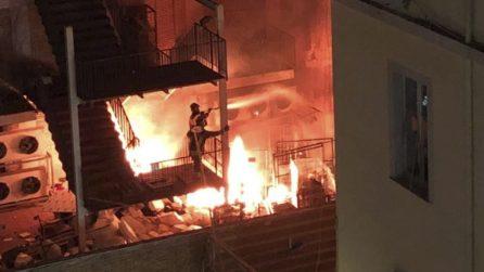 Incendio al Vomero, pompieri al lavoro per spegnere le fiamme