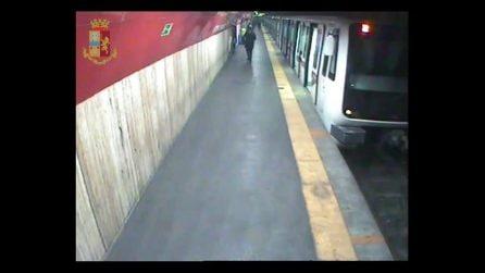 Roma, uomo armato di pistola in metro: le immagini riprese dalle telecamere