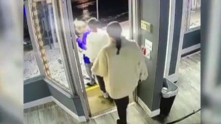 Tre ragazze stanno per uscire dal locale, fuori trovano una bruttissima sorpresa