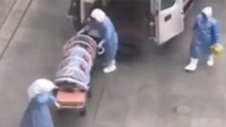 Virus cinese, paziente trasportato in un tubo di plastica per evitare i contagi
