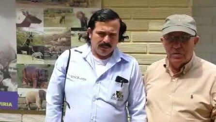 Roberto Escobar saluta l'avvocato Alexandro Tirelli con un sosia di suo fratello Pablo