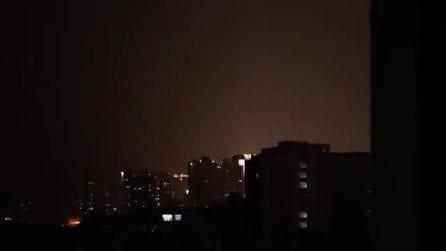 """Coronavirus, i cittadini di Wuhan si confortano tra loro urlando dalle finestre: """"Resistiamo"""""""